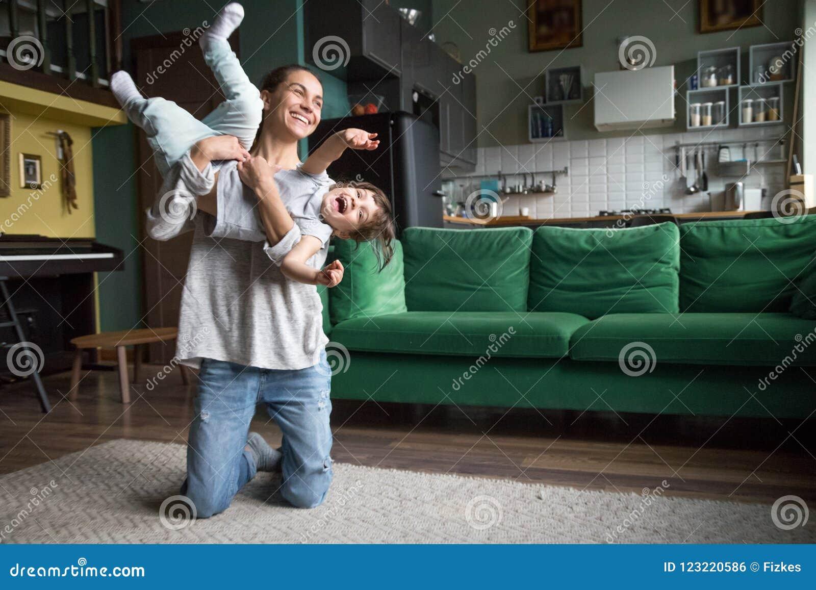 在家使用与孩子女孩的愉快的妈妈或保姆