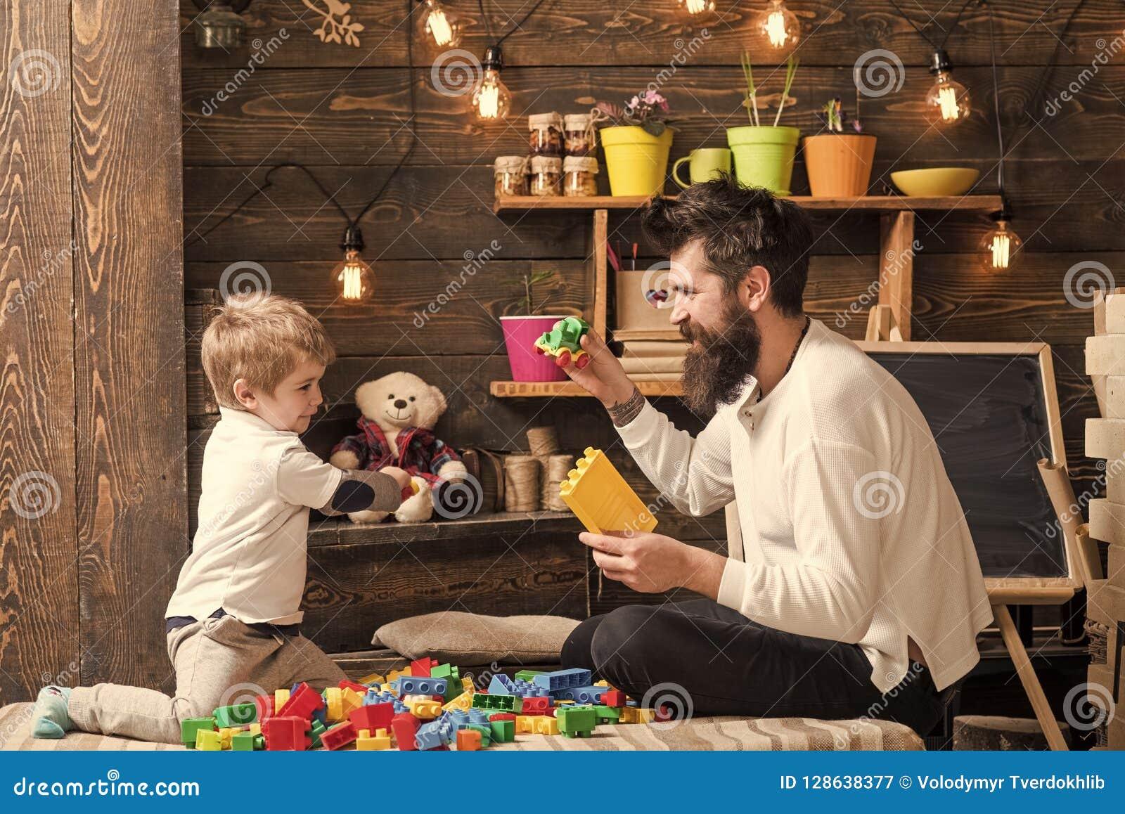 在家使用与建设者的家庭 与玩具汽车,砖的爸爸和儿童游戏 有玩具和黑板的托儿所