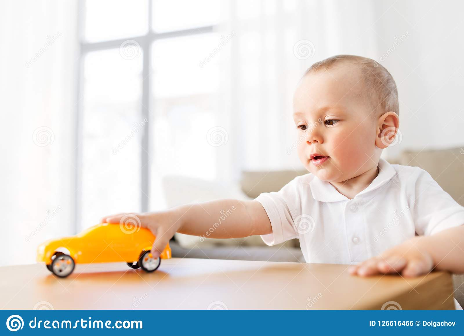 在家使用与玩具汽车的男婴