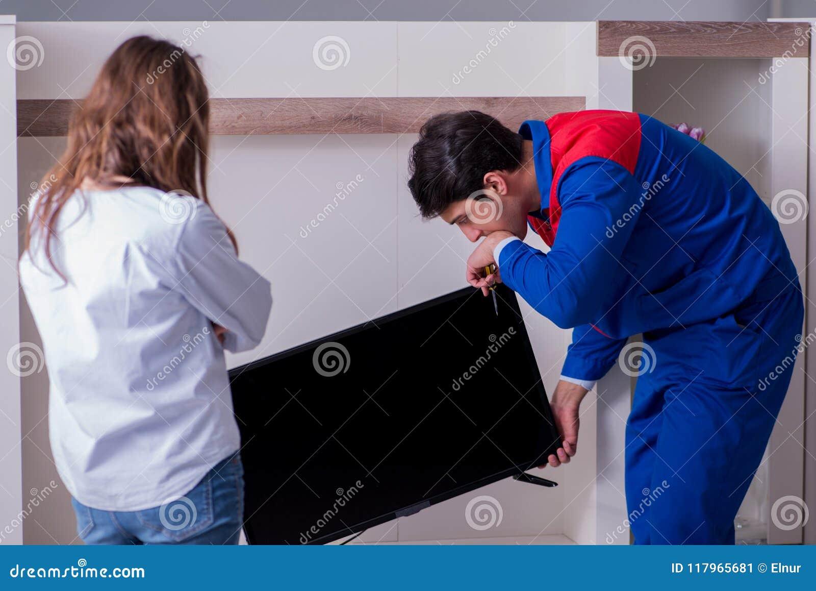 在家修理电视的电视安装工技术员