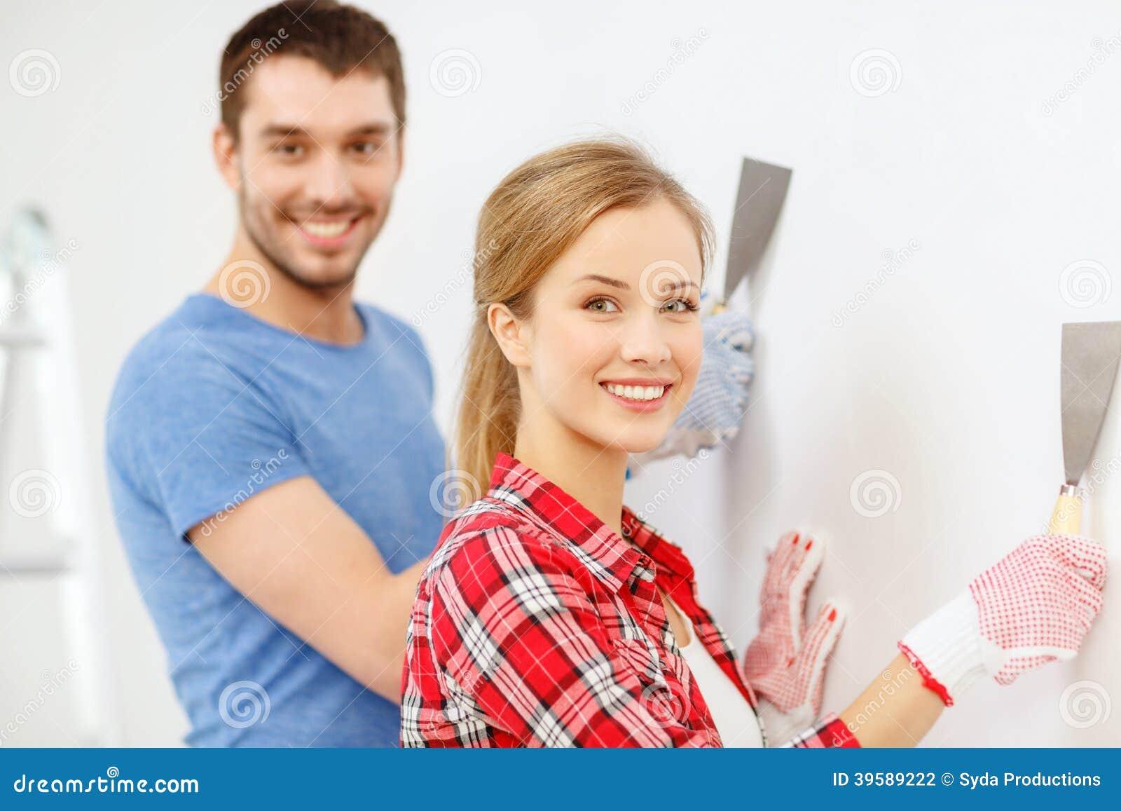在家做整修的微笑的夫妇