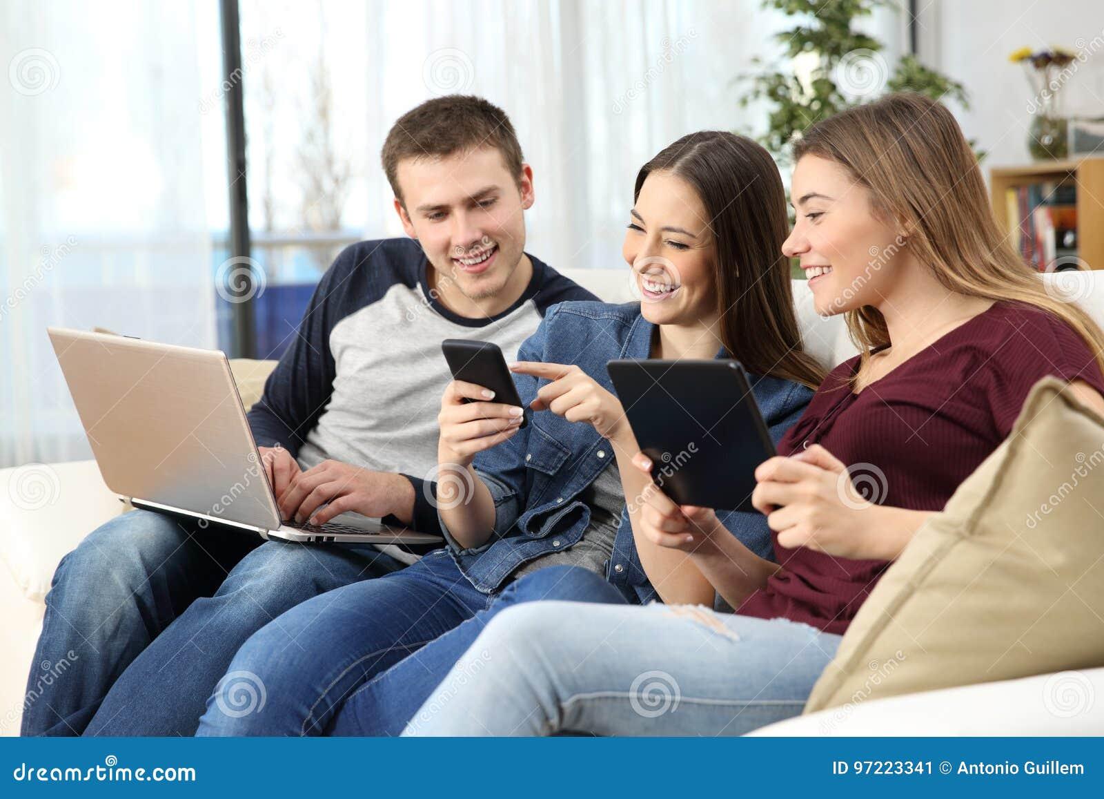 在家分享在线内容的愉快的朋友