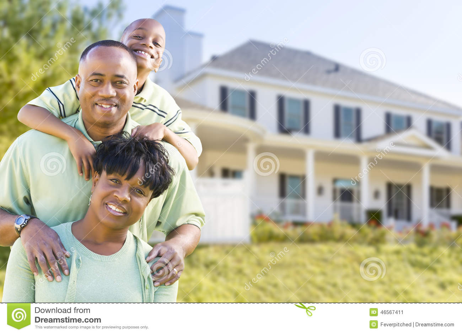 在家前面的可爱的非裔美国人的家庭