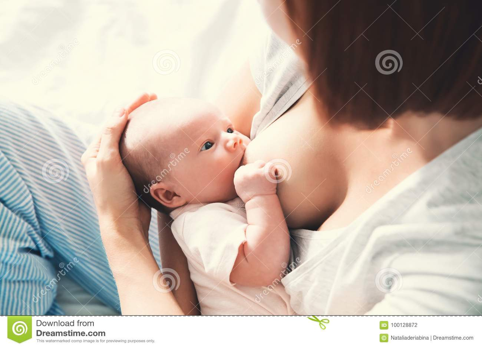 在家哺乳新出生的婴孩的母亲