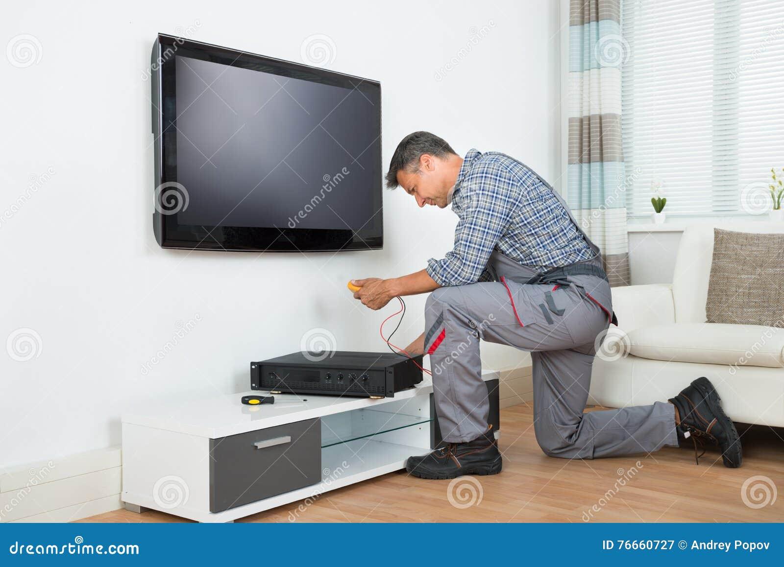 在家安装电视机上面箱子的技术员