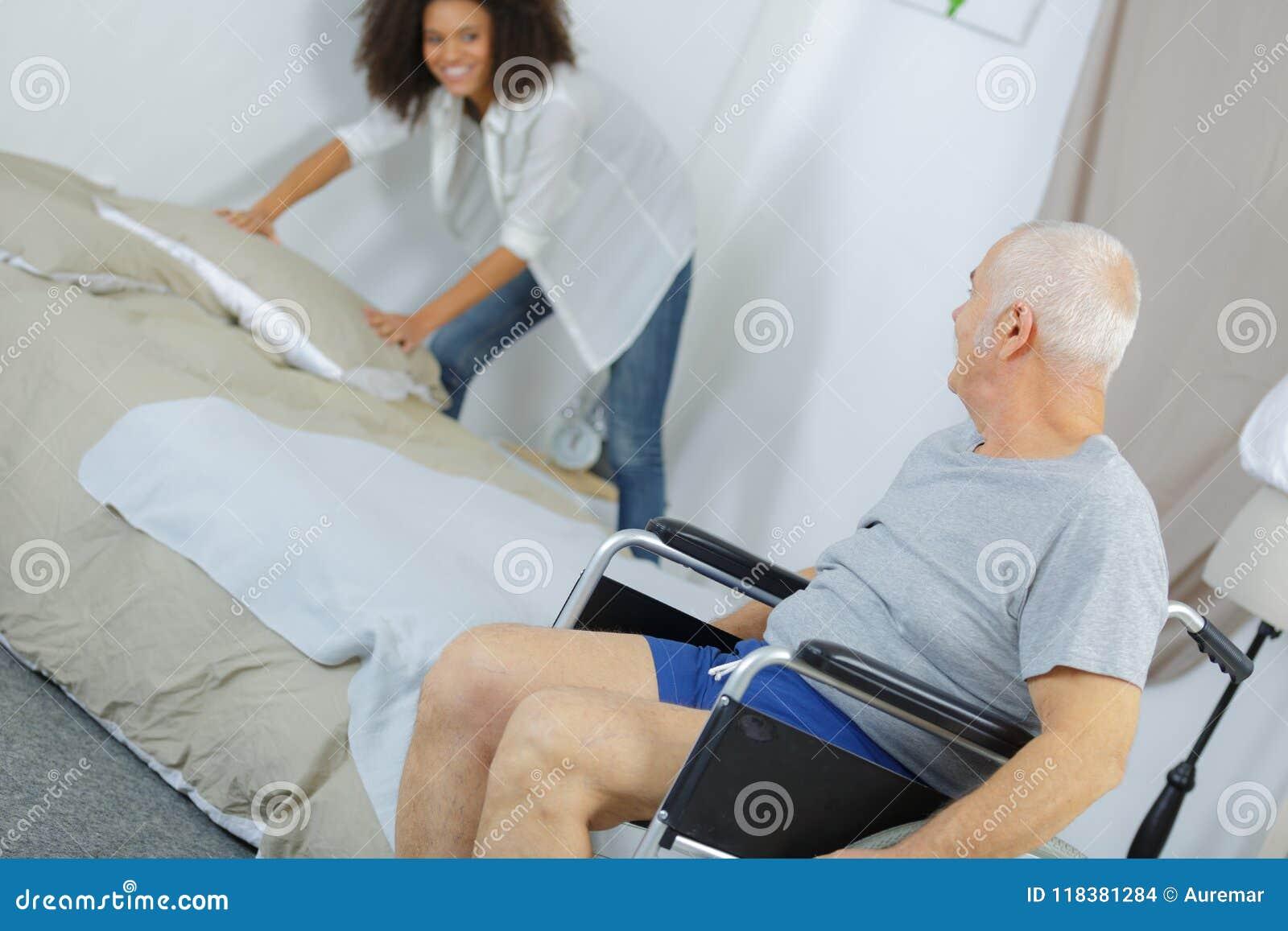 在家帮助老人的年轻女性照料者