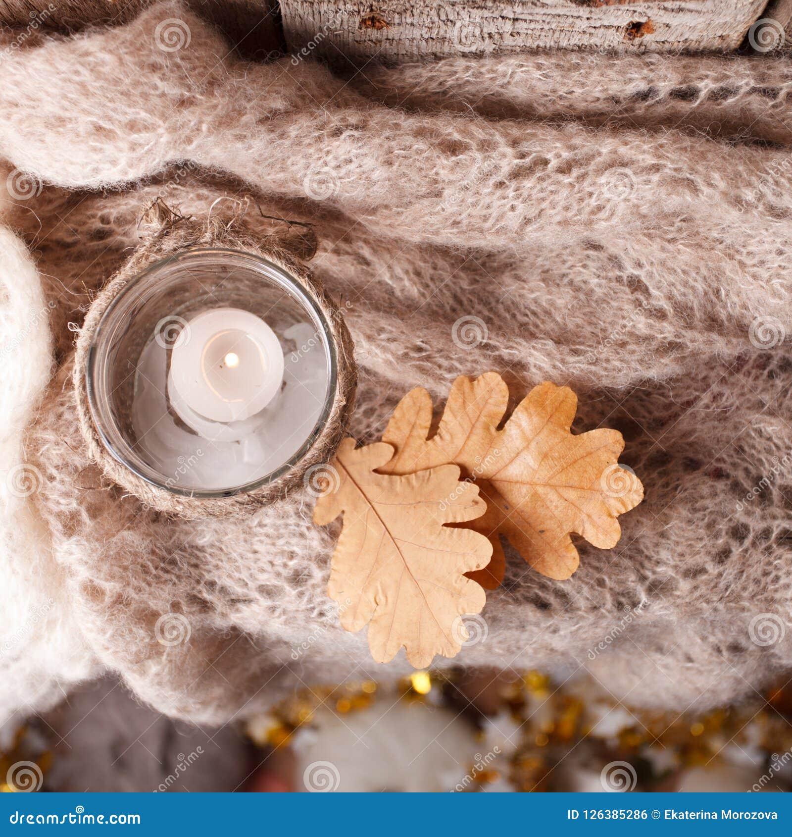 在家平衡与蜡烛的舒适冬天早晨,选择聚焦,地道平静的大气 亲属Hygge缓慢的生存样式