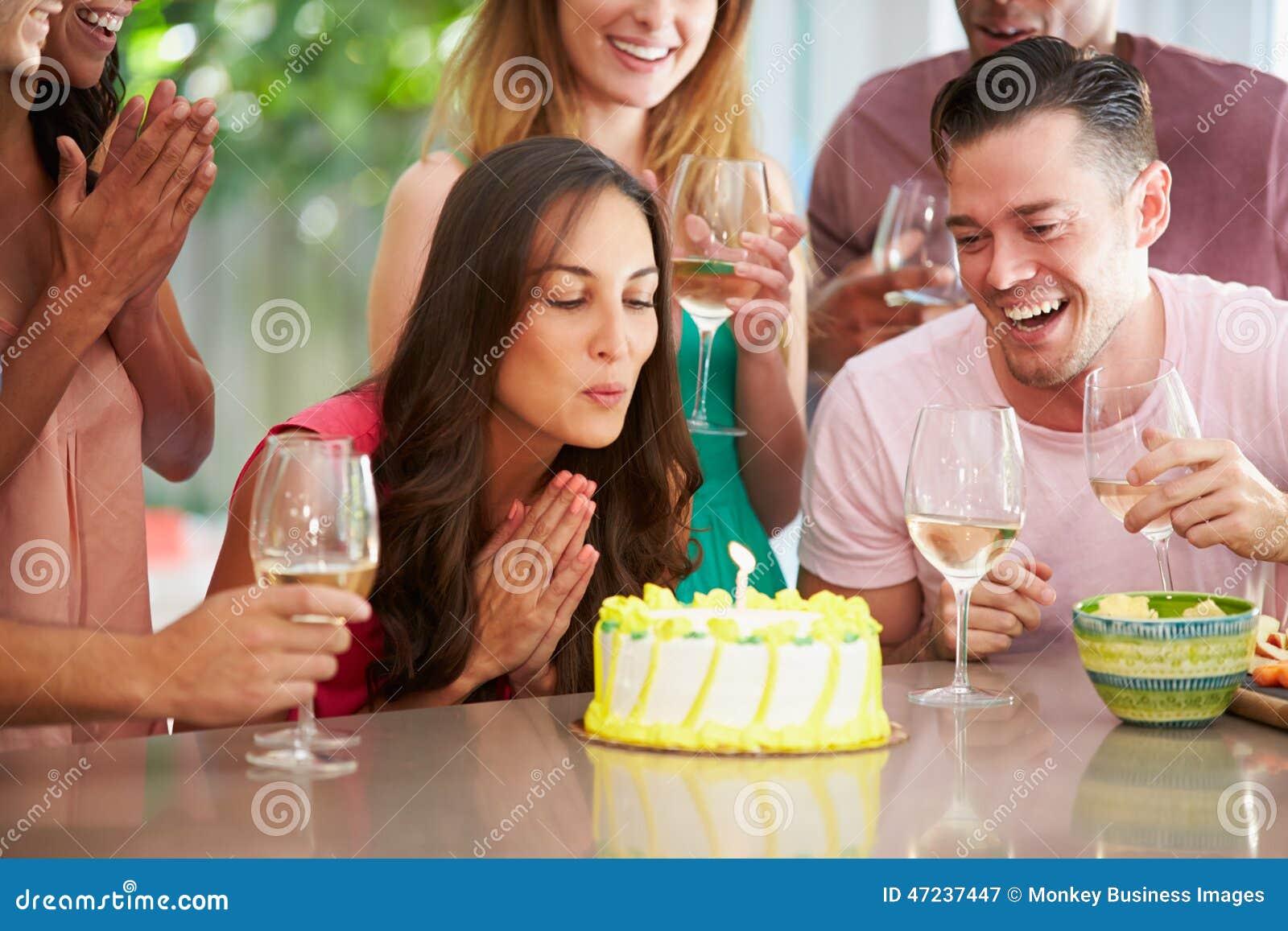在家庆祝生日的小组朋友