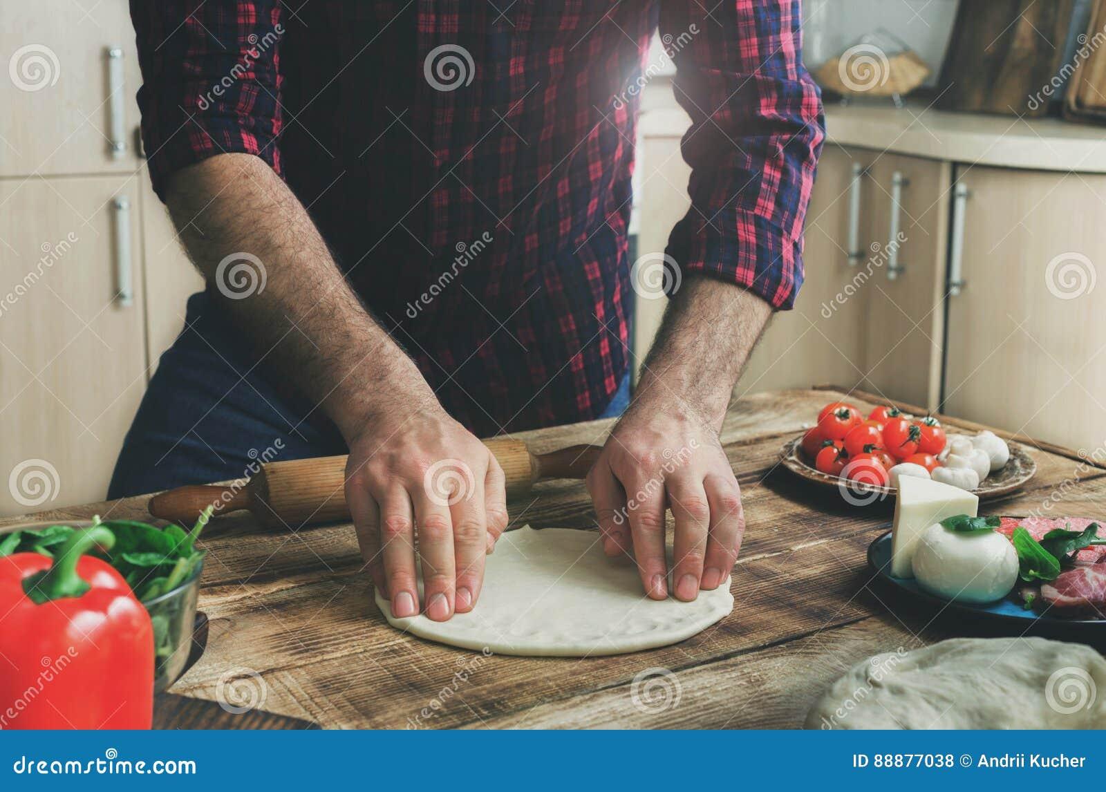 在家庭厨房里供以人员面团为烹调自创薄饼做准备