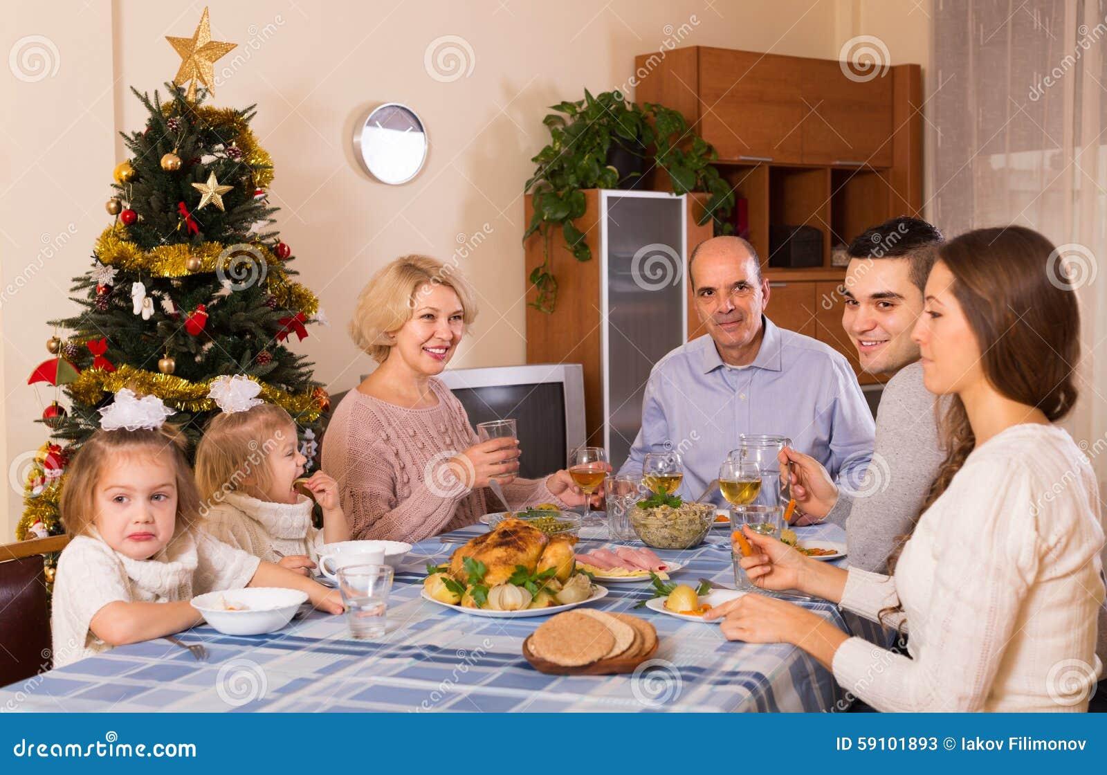 在家庭怀里的圣诞节庆祝