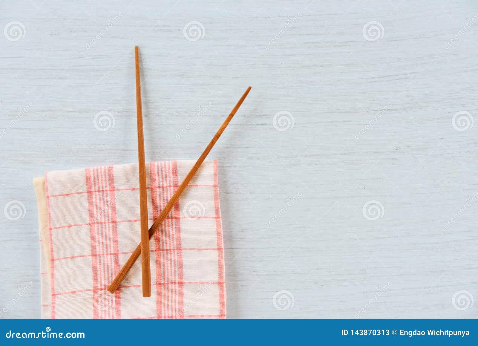 在家庭用亚麻布的木筷子厨具集合在饭桌/零的废物使用较不塑料概念