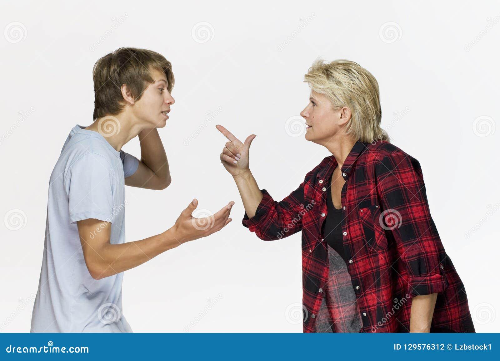 在家庭的误解 恼怒的母亲谈话与她的男性少年反对白色背景
