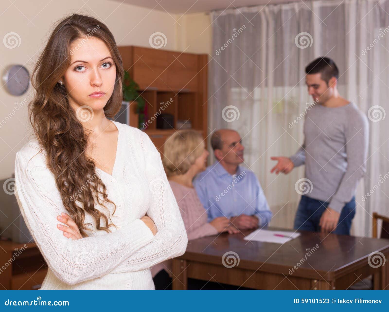 在家庭的Misunderstending