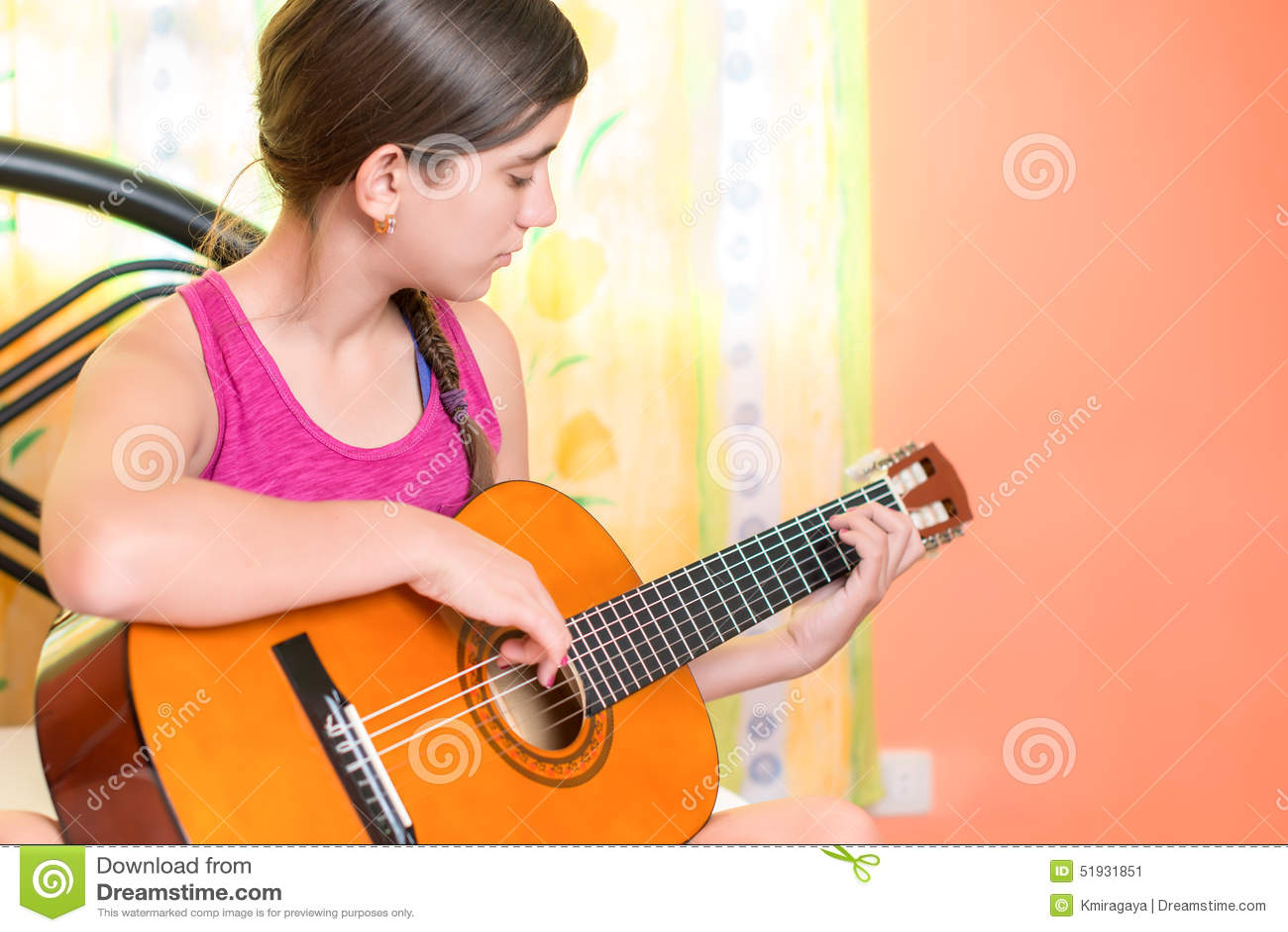 几岁_在家弹吉他的西班牙十几岁的女孩