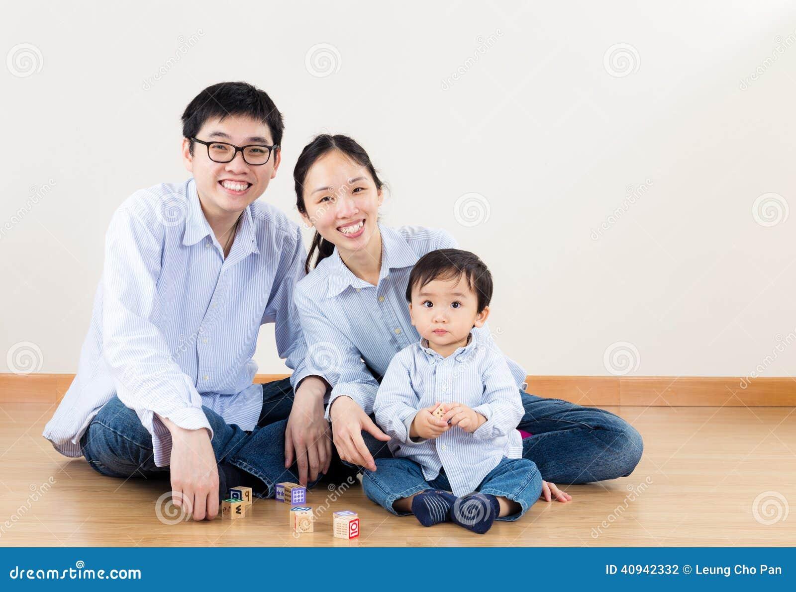 在家微笑的家庭