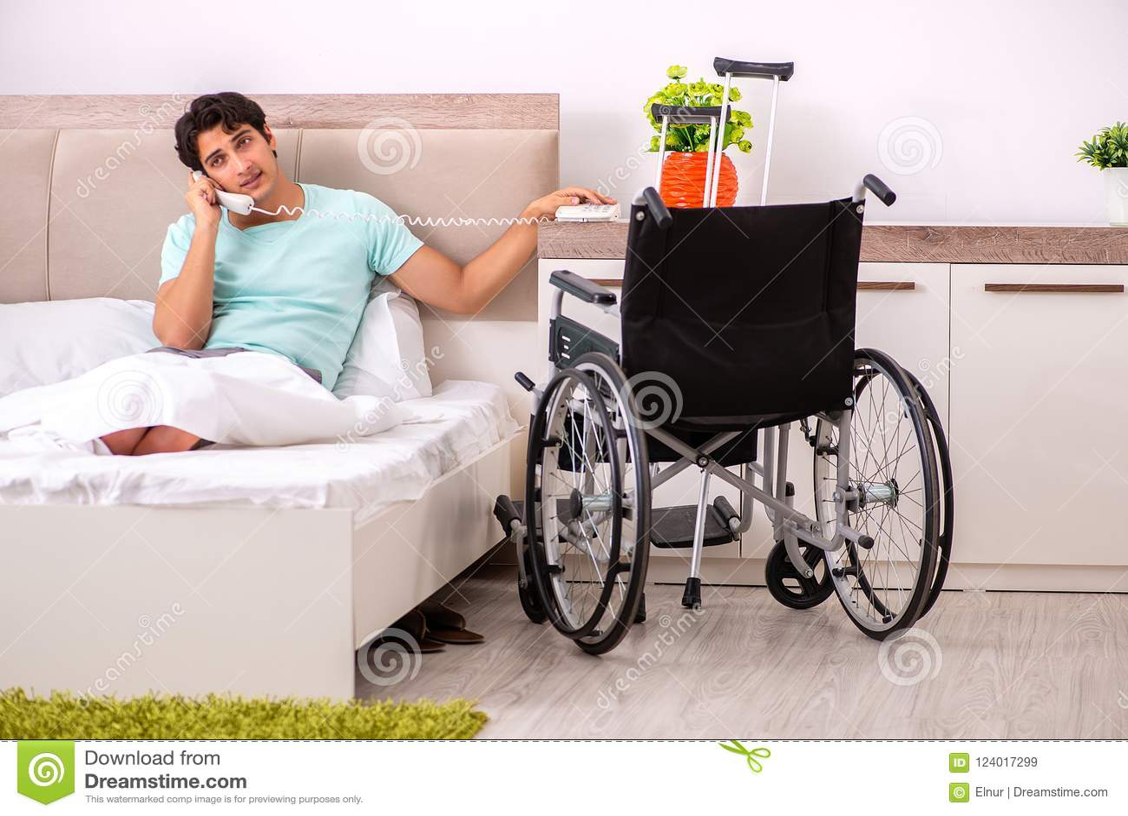 在家恢复年轻英俊的残疾的人