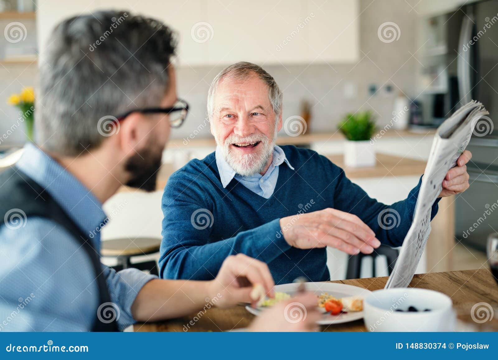 在家户内一个成人行家儿子和资深父亲,吃便餐