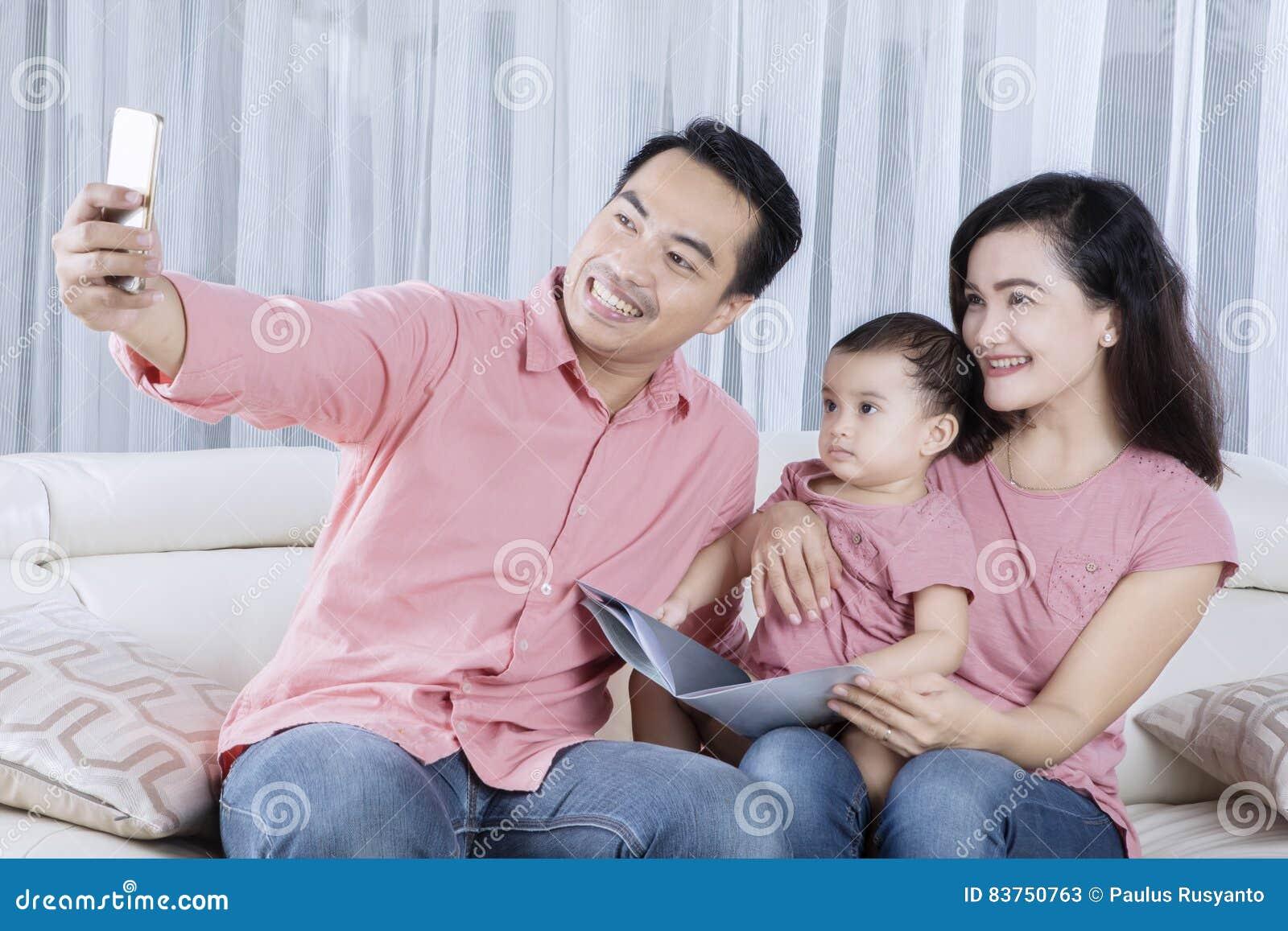 在家拍selfie照片的亚洲家庭