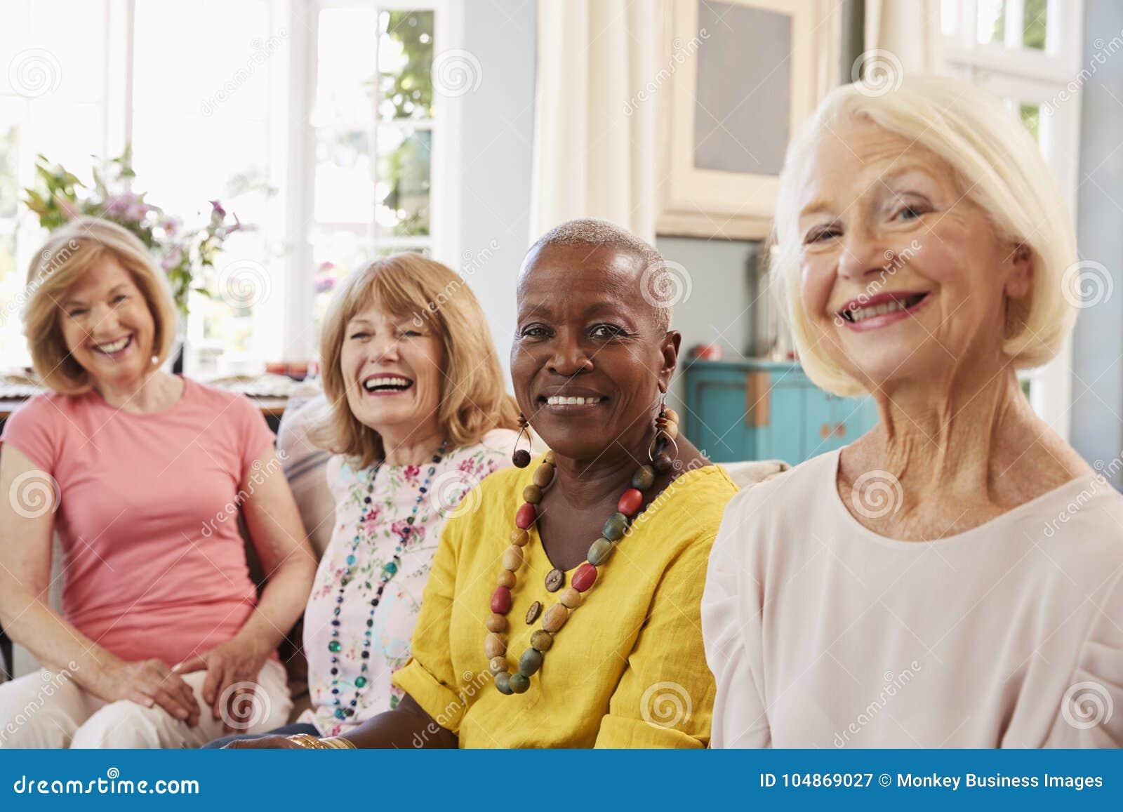 在家放松在沙发的资深女性朋友画象