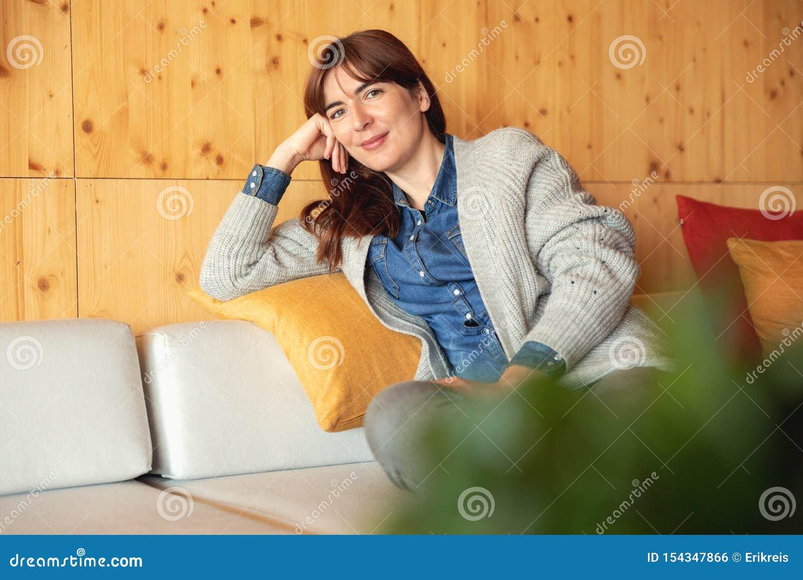 在家放松的妇女