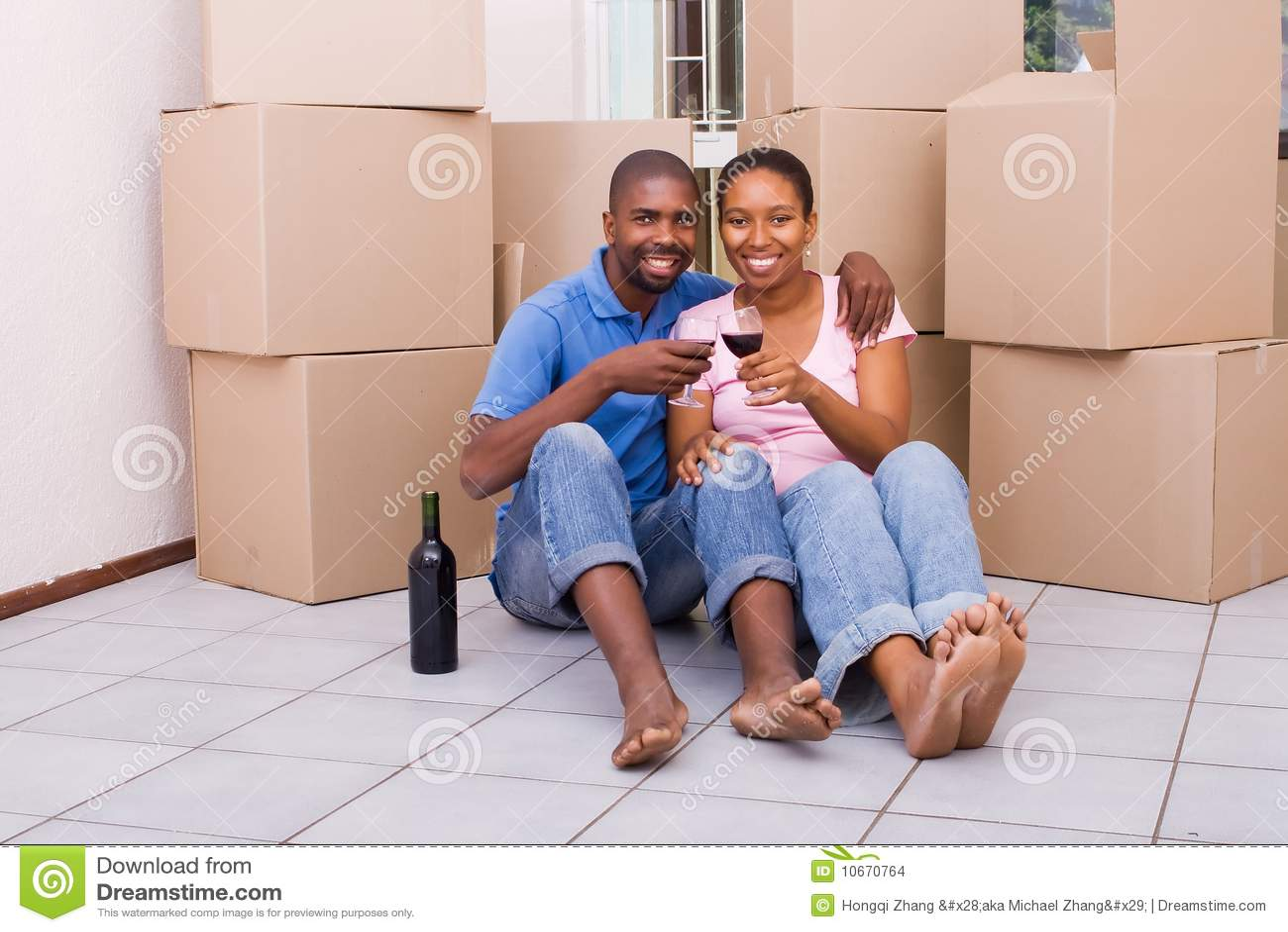 在家新非洲庆祝的夫妇