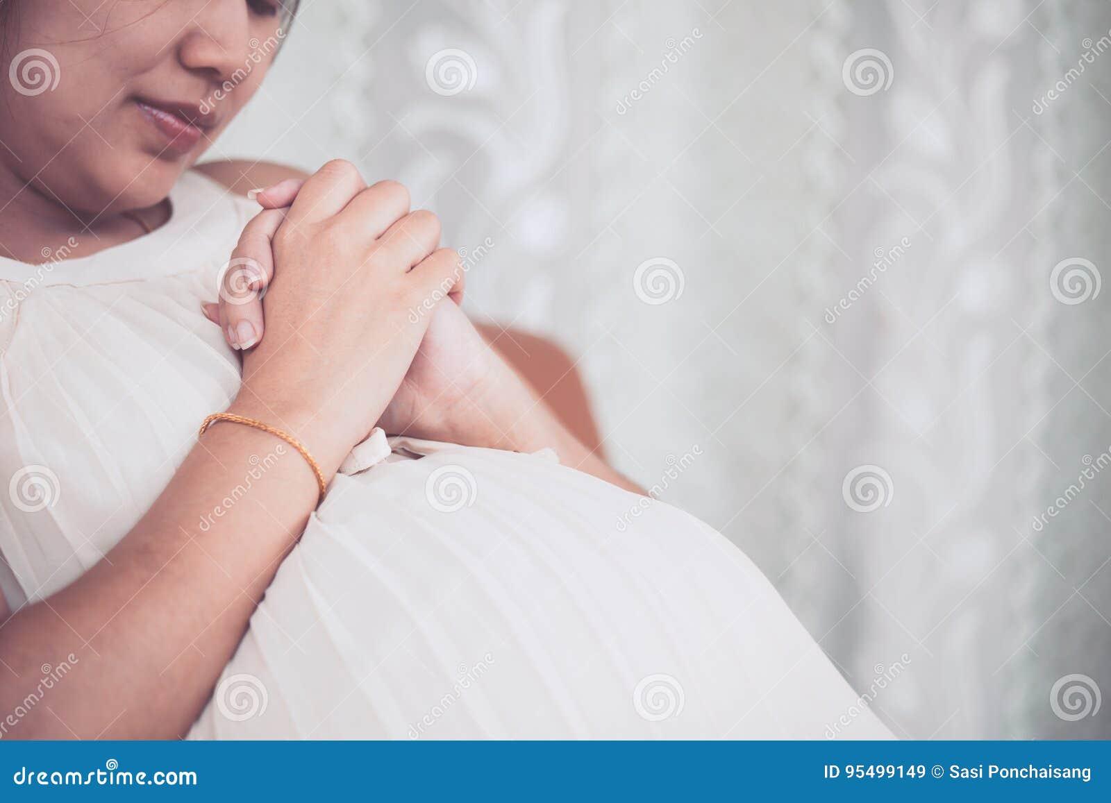 在家祈祷亚洲人的孕妇