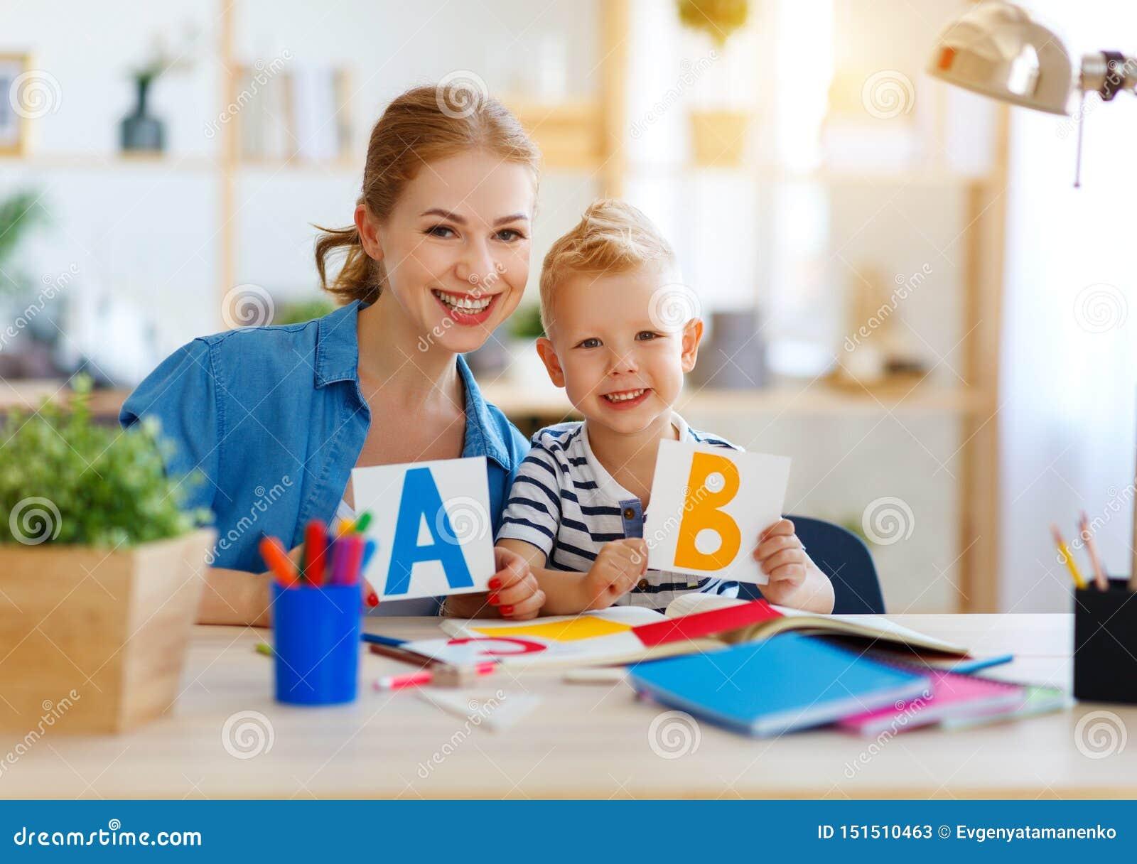 在家读母亲和儿童的儿子做家庭作业文字和