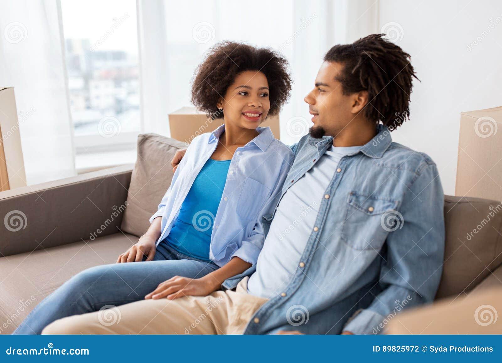 在家谈话愉快的夫妇坐沙发和
