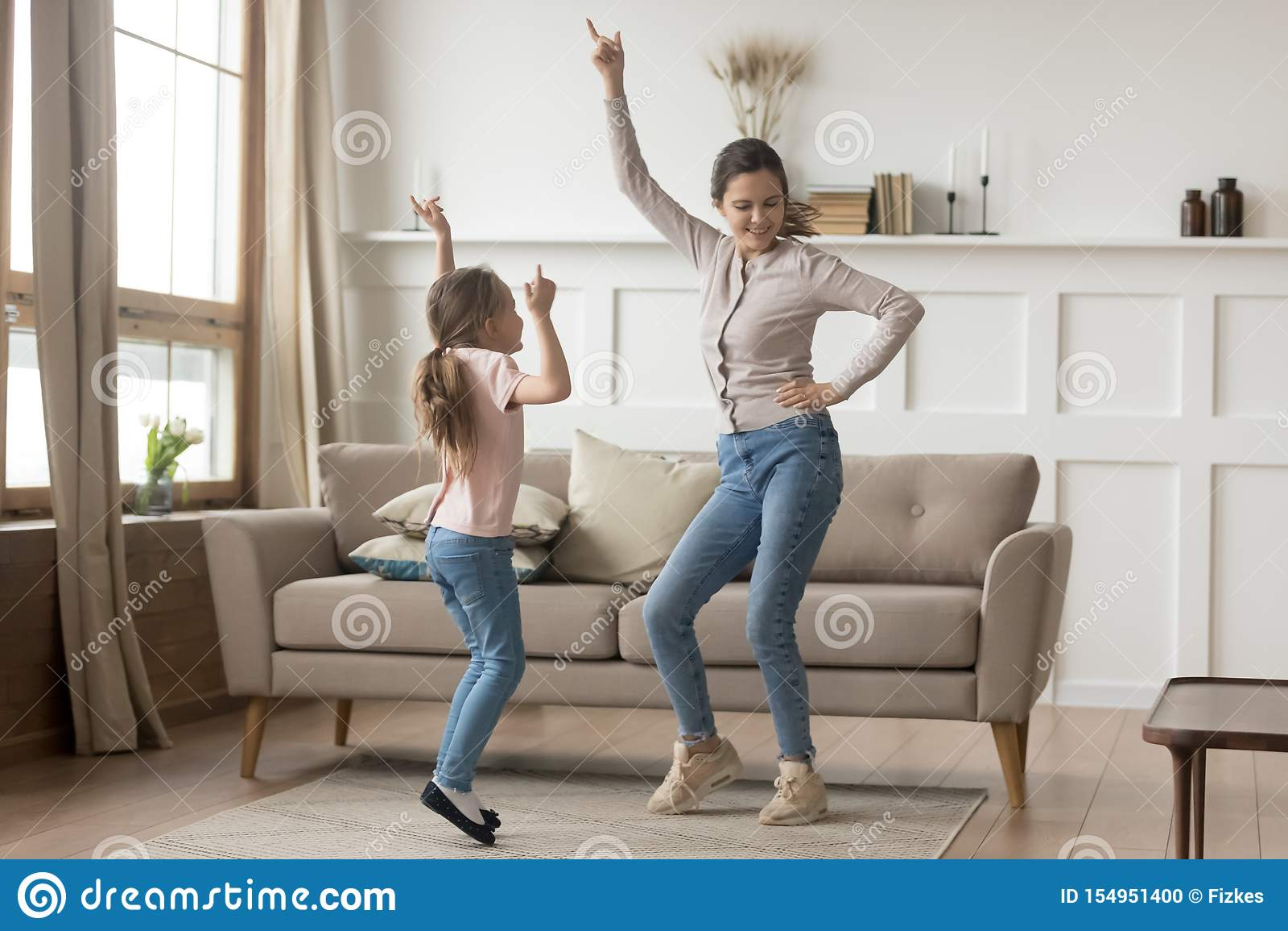 在家跳舞与一点女儿的活跃母亲