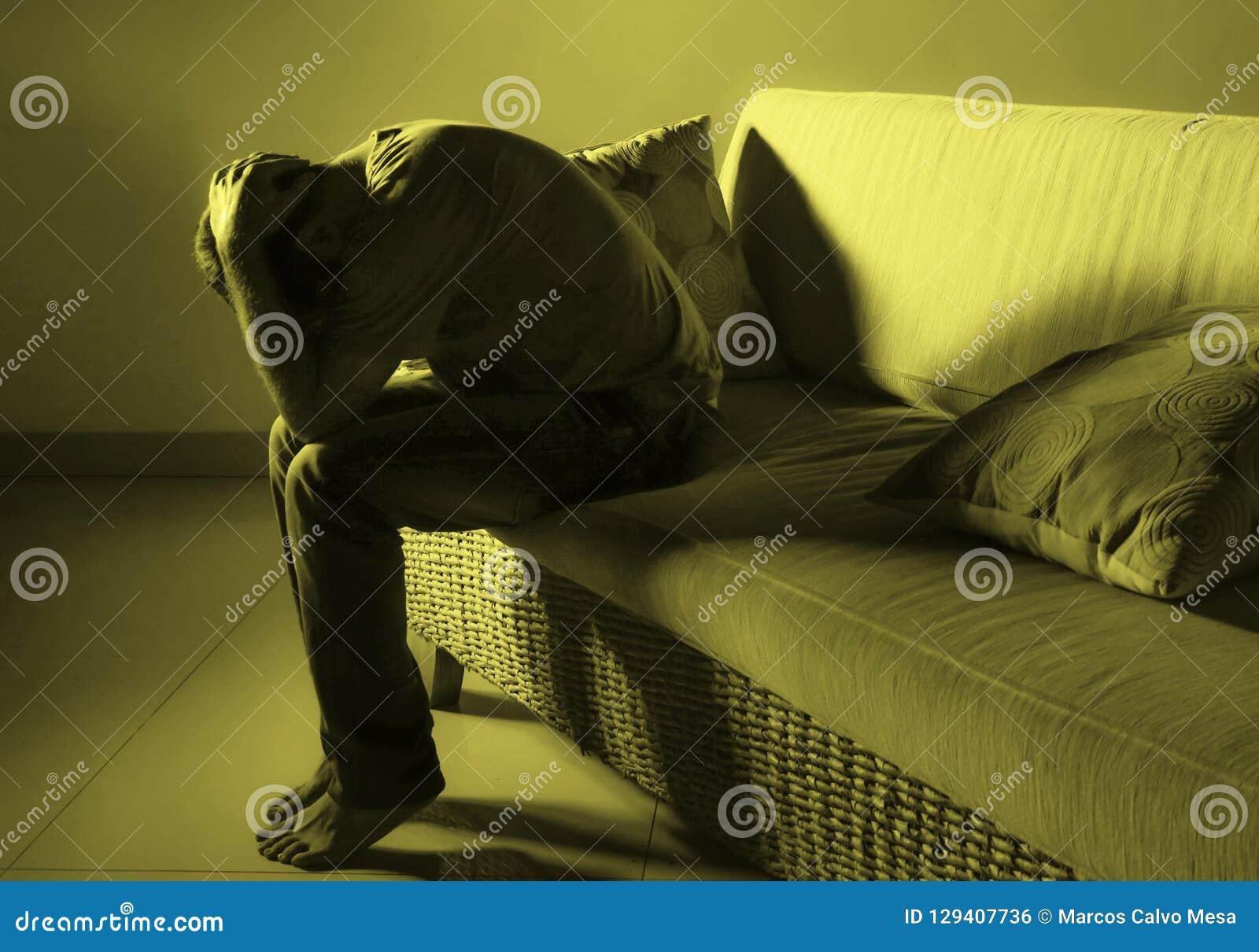 在家追悼沙发长沙发遭受的消沉问题和忧虑危机哭泣的年轻绝望哀伤和沮丧的人无能为力