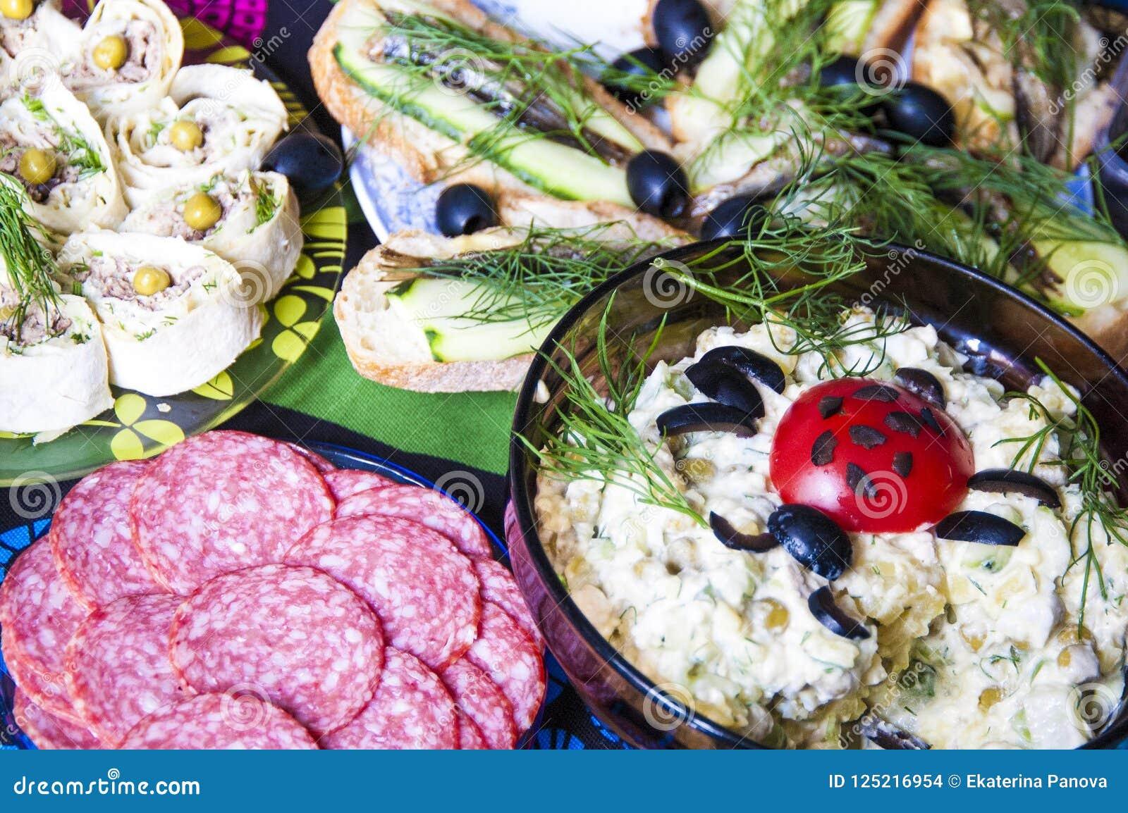 在家集会在桌上的鲜美食物庆祝的