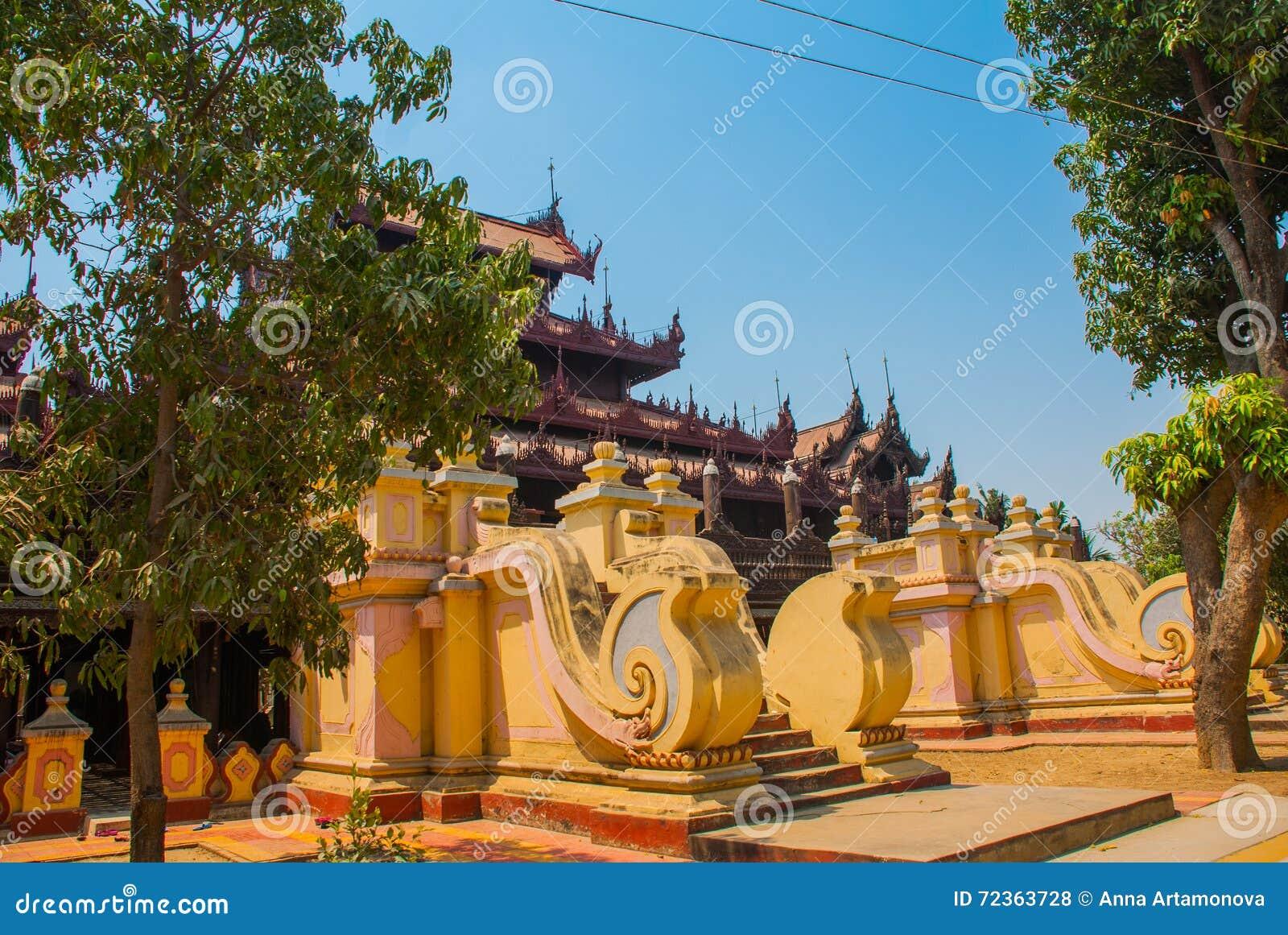 在容器Kyaung的Shwe是木柚木树修道院在曼德勒,缅甸