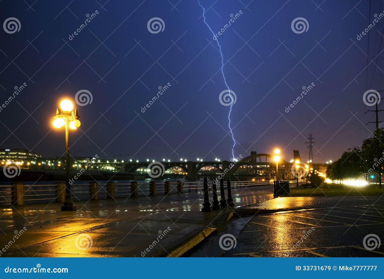 在密西西比河和桥梁的雷击,街市。圣保罗,明尼苏达