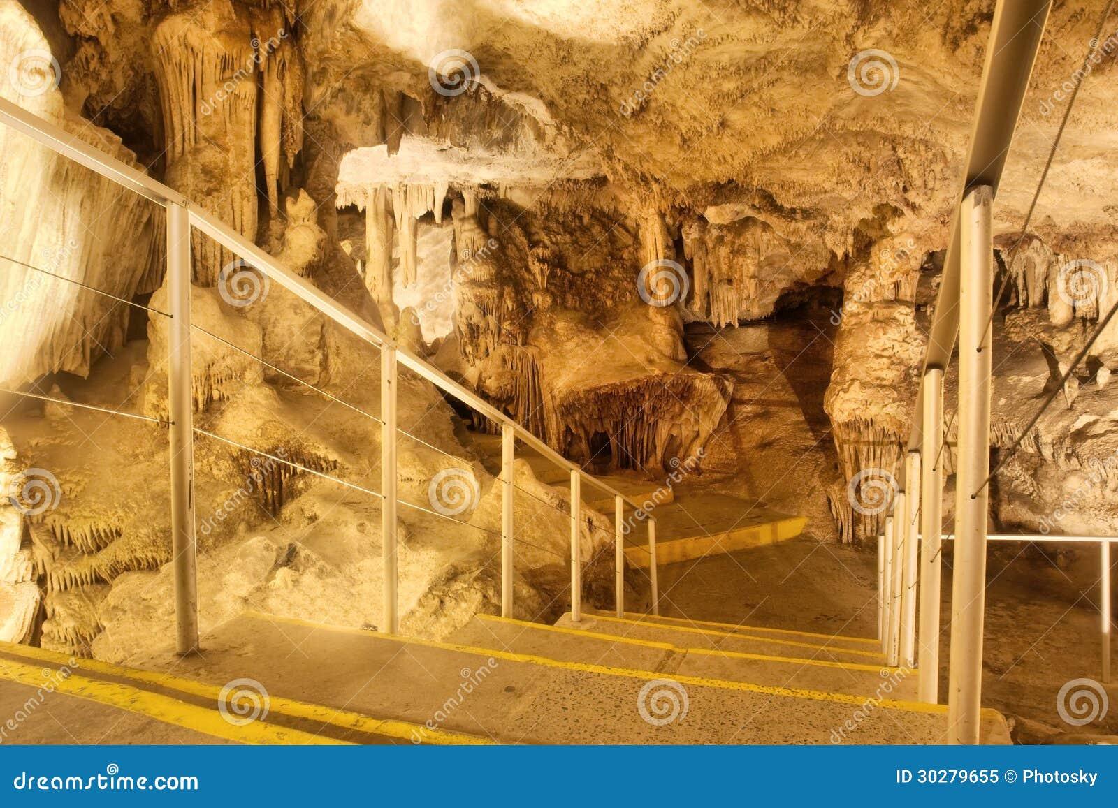 在导致一个巨大的房间的洞的台阶