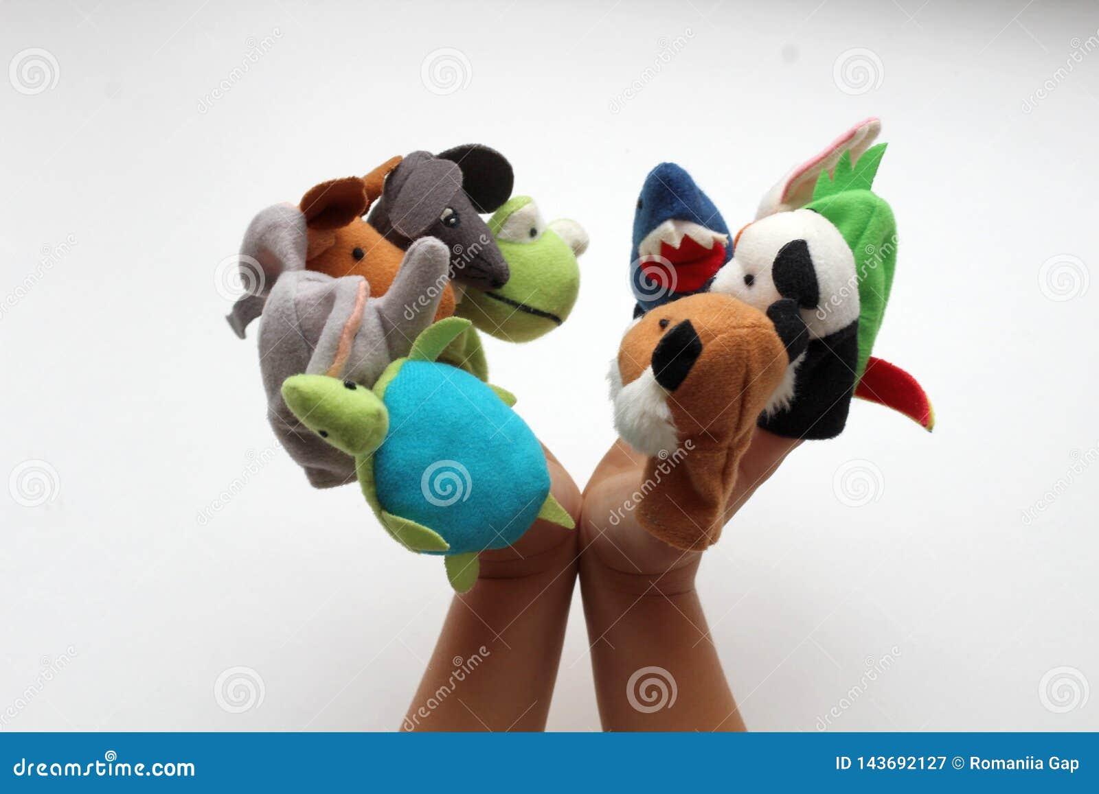 在小婴孩手指上,软的玩具在木偶剧院演奏动物