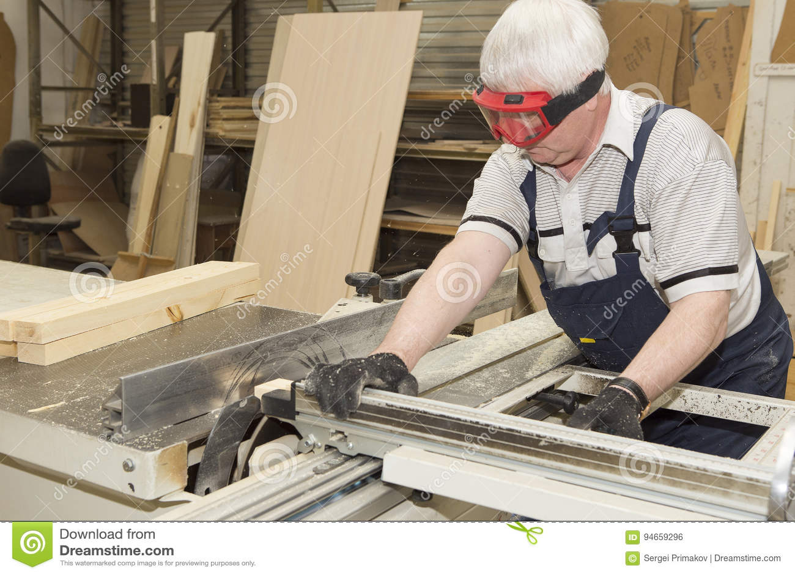 在小家具工厂的手工制造事务