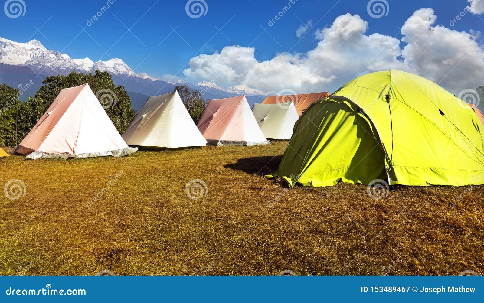 在小山的橙色和绿色帐篷在一好日子 在澳大利亚营地