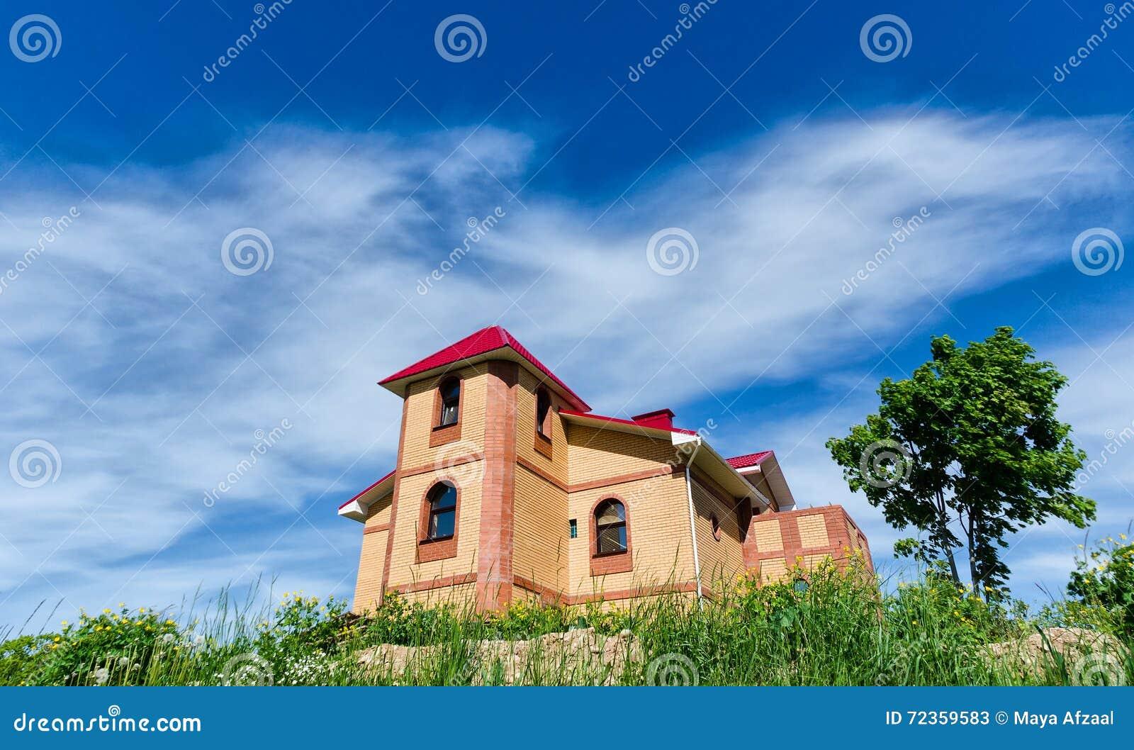 在小山顶部的砖房子