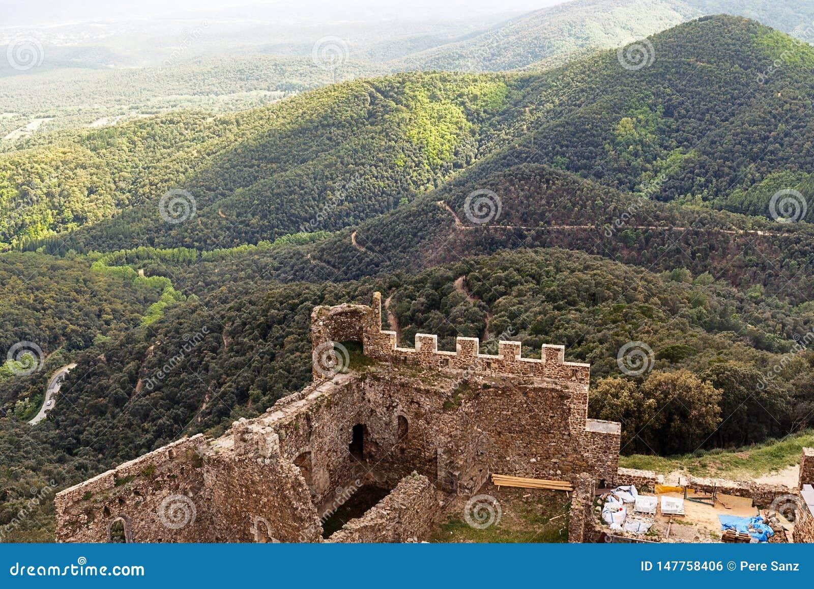 在小山顶部的Montsoriu城堡
