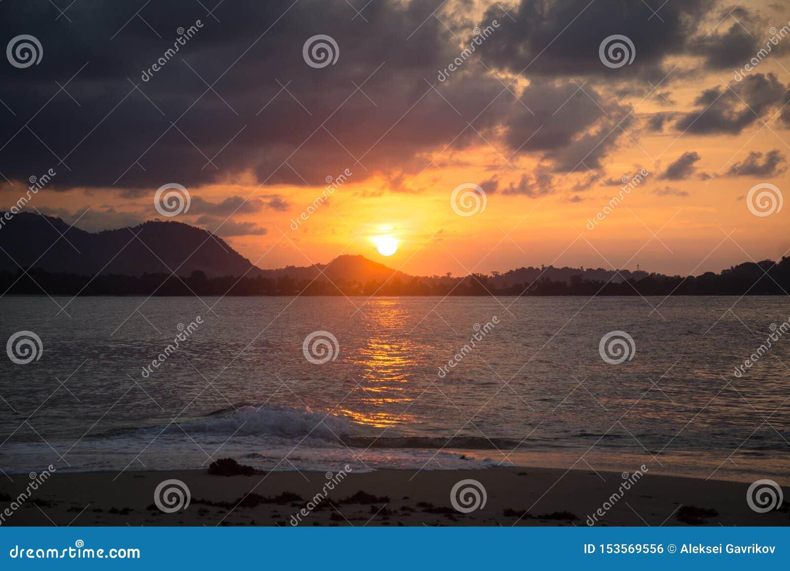 在小海岛上的日落在巴布亚