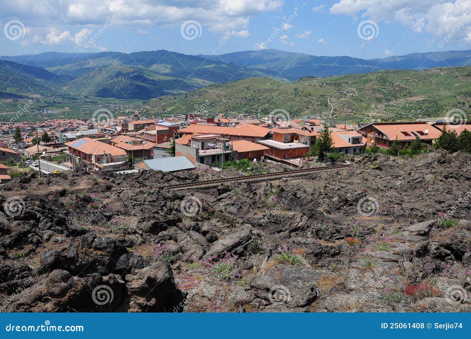 在小的火山附近的城市etna