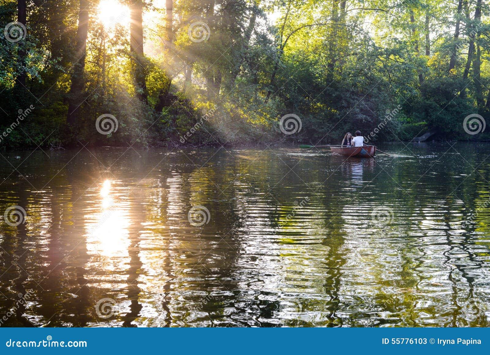 在小船的爱恋的年轻夫妇在有的湖浪漫时间
