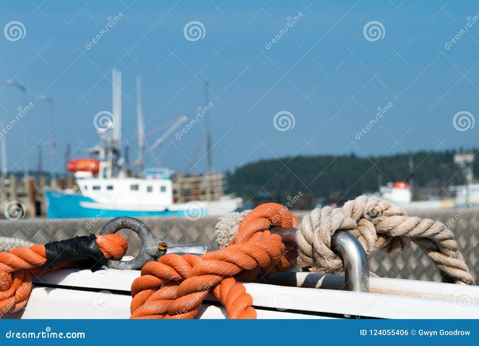 在小船的绳索在小游艇船坞