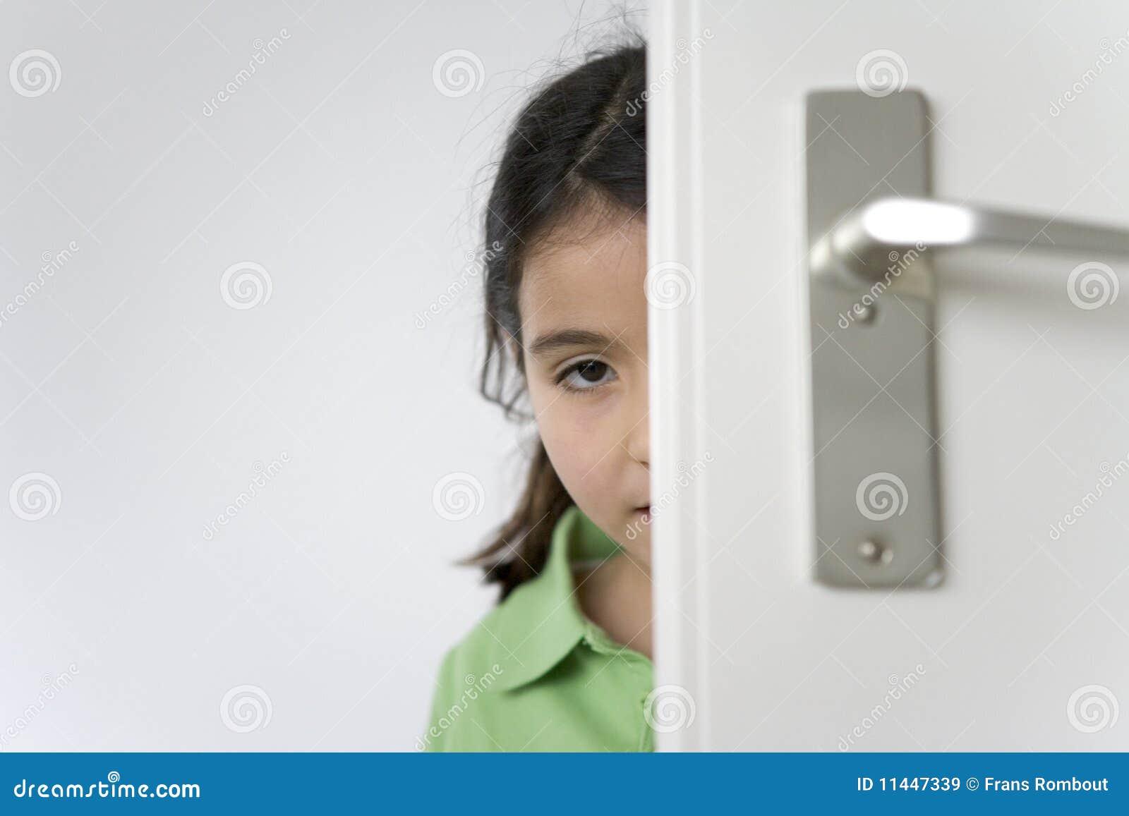 在少许隐藏门的女孩之后