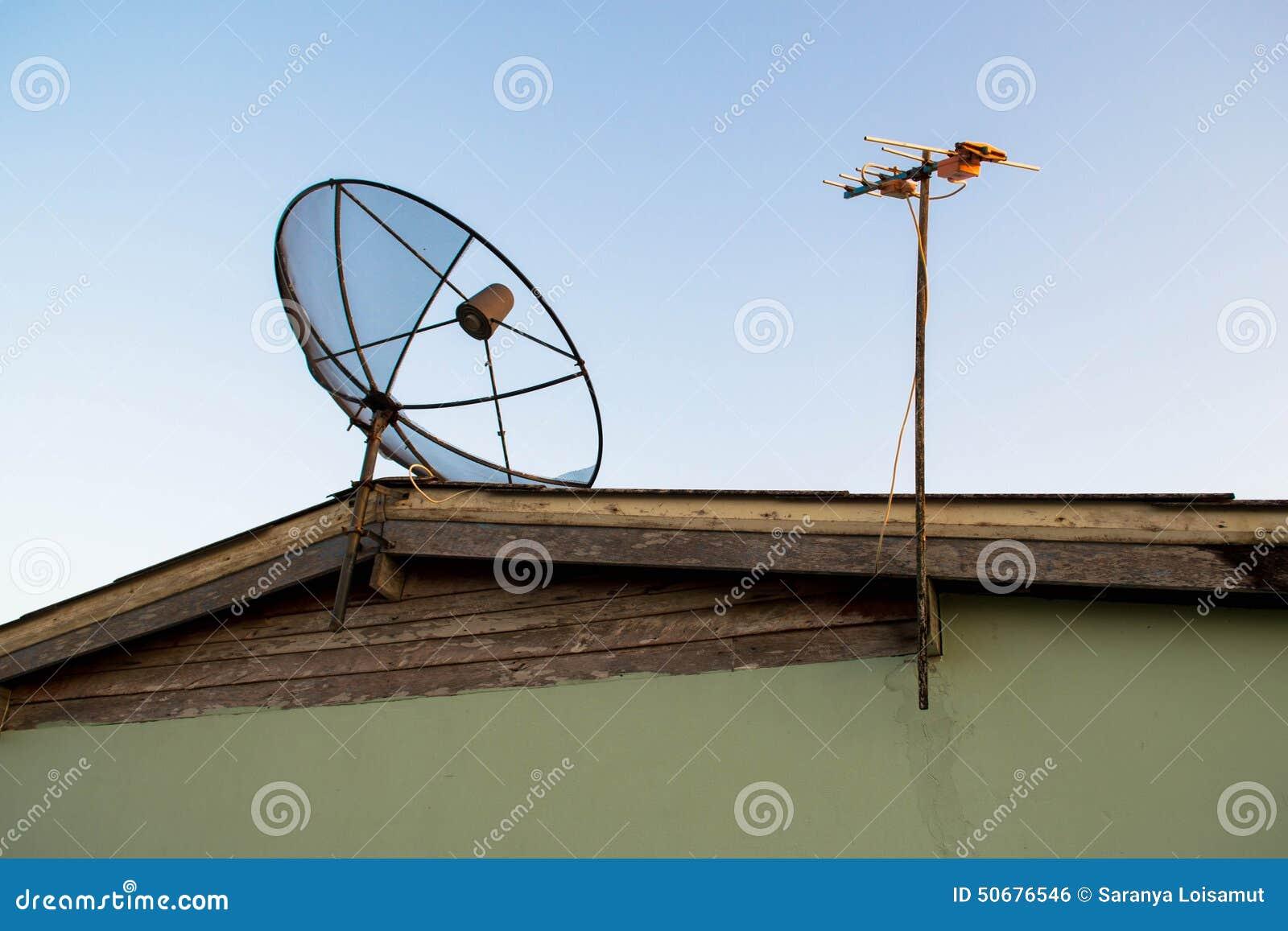 Download 在屋顶的卫星盘天线 库存照片. 图片 包括有 程序, 通信, 互联网, 数字式, 电池, 抛物面, 收音机 - 50676546