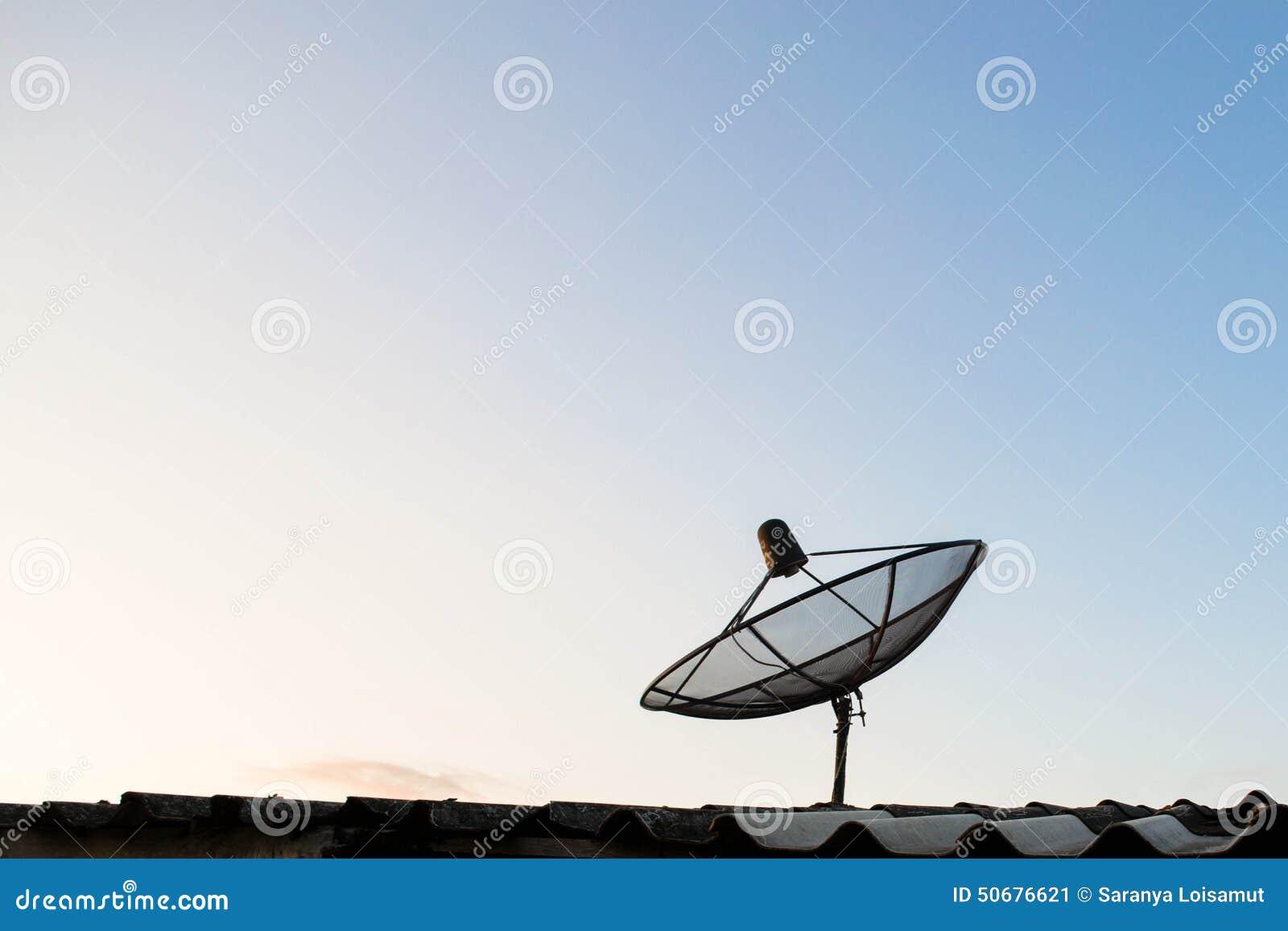 Download 在屋顶的卫星盘天线 库存图片. 图片 包括有 查出, 蓝色, 蜂窝电话, 天线, 装备, 云彩, 电池, 播报员 - 50676621