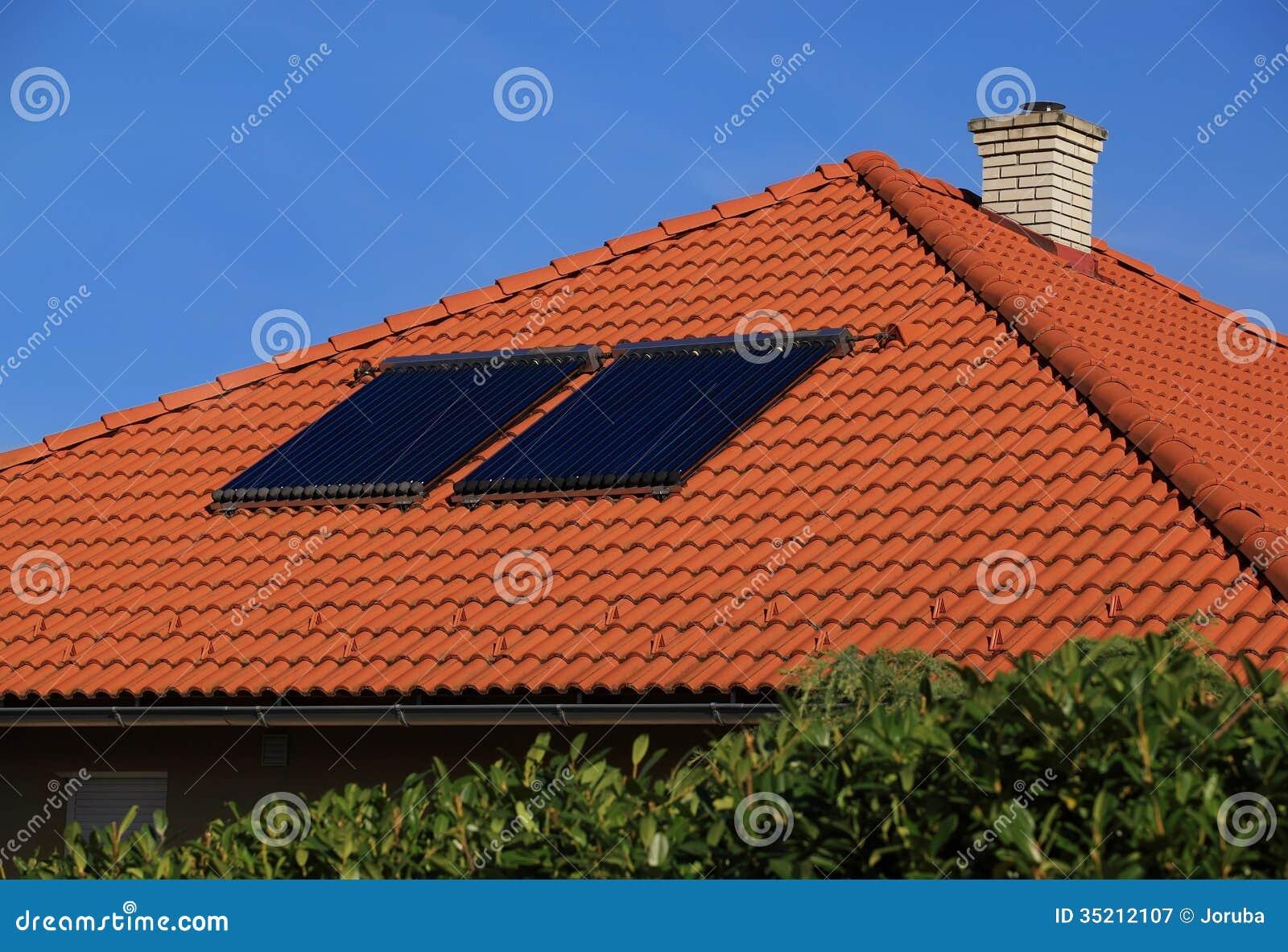 在屋顶的太阳电池板