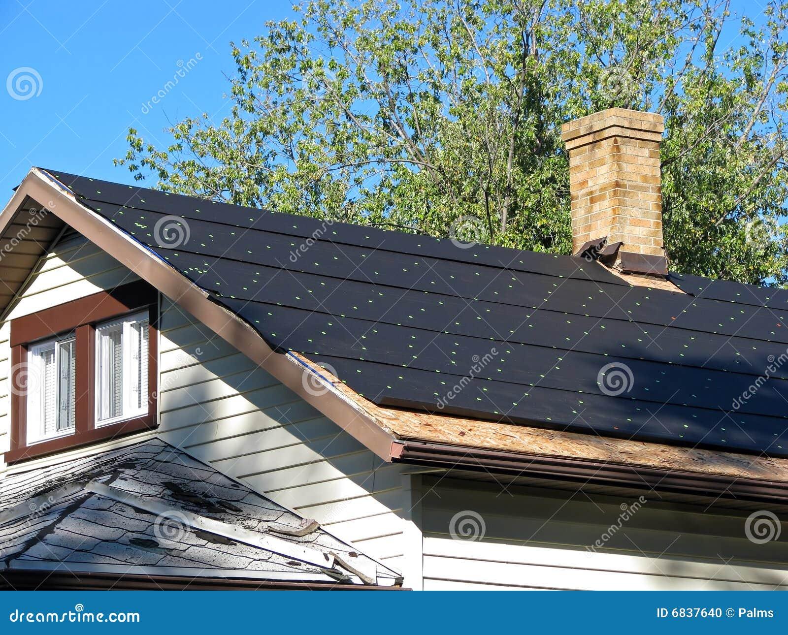 在屋顶的焦油纸
