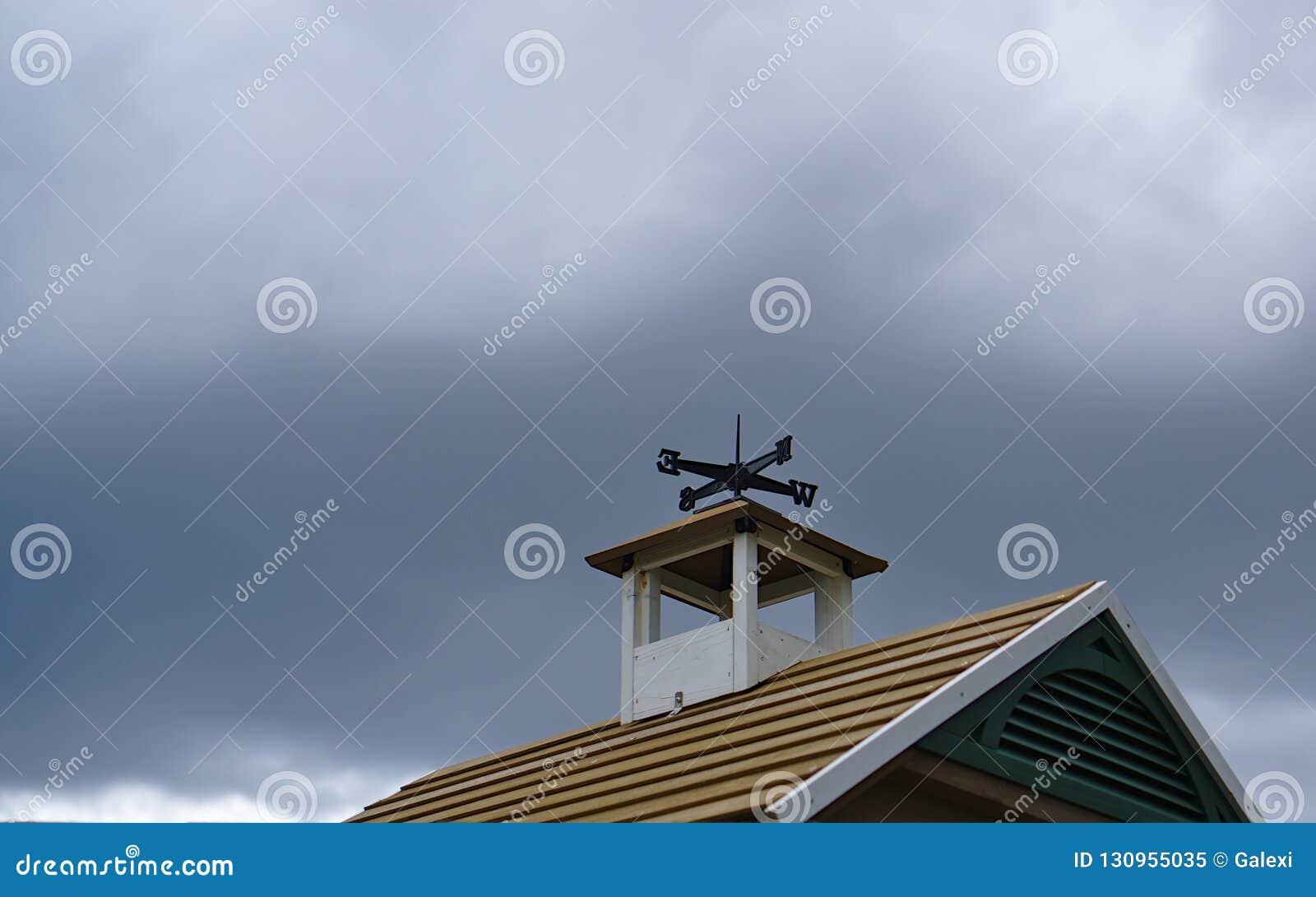 在屋顶顶部的风向仪
