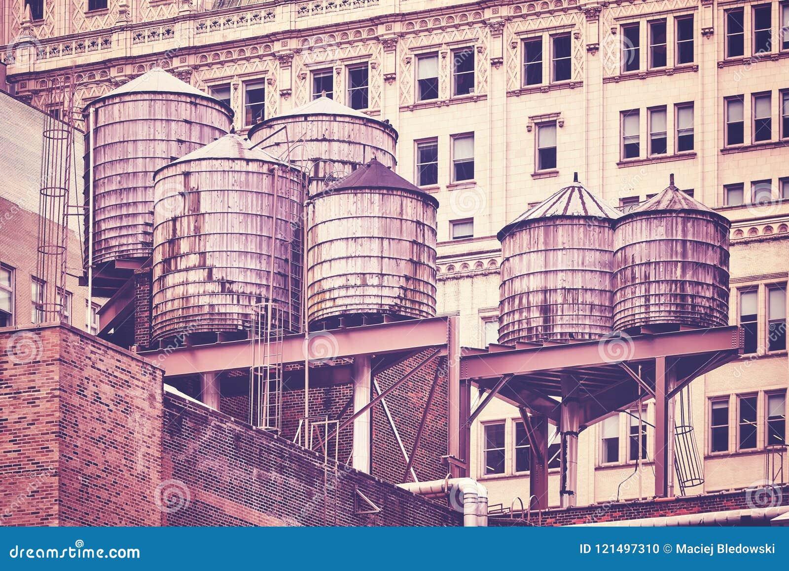 在屋顶,纽约的储水箱